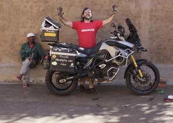 De Sudáfrica a Madagascar en moto, con Charly Sinewan